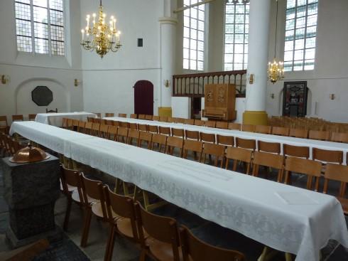 Lange tafels gedekt met damast